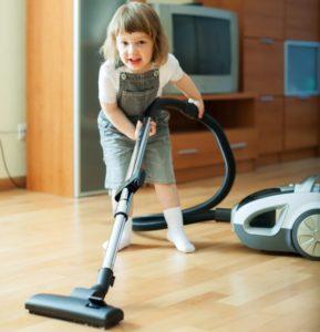 掃除機をかける子供 (2)